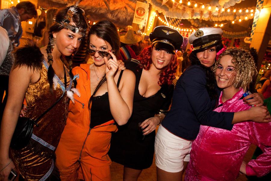 Ausgezeichnet Kostümparty Fotos - Bunte Hochzeitskleider Ideen ...