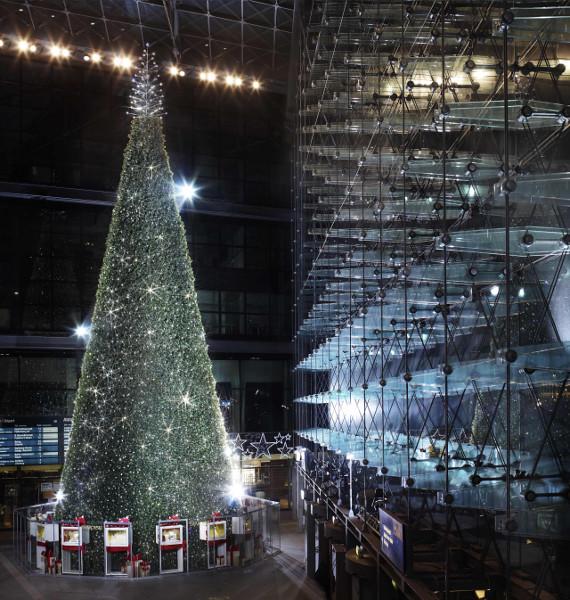 riesen swarovski weihnachtsbaum steht in berlin my. Black Bedroom Furniture Sets. Home Design Ideas